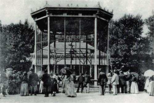 Der Affenkäfig des Tiergartens Schönbrunn im Jahr 1898. Der Zoo in Wien gilt als der älteste der Welt.